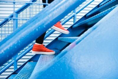階段を上がる写真