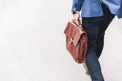 バッグを持つ人の画像