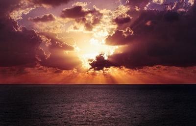 海と夕陽の図