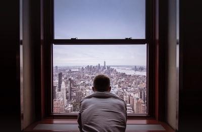 窓を眺める写真