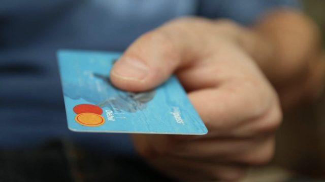 クレジットカードを渡す画像