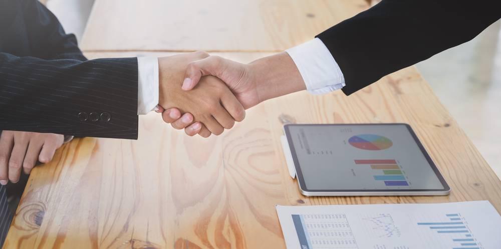 握手を交わしている画像