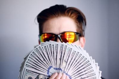 お金を持つ男性の画像