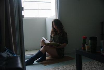暗い部屋にいる女性の画像