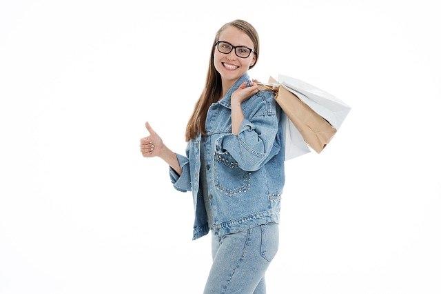 バッグを持女性の画像