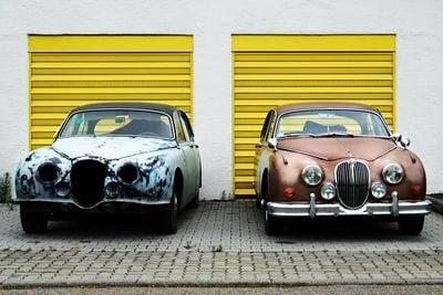 2台の車の画像